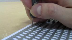 Braila raksta redaktori izmanto Braila rakstāmmašīnu vai tāfeli ar grifeli