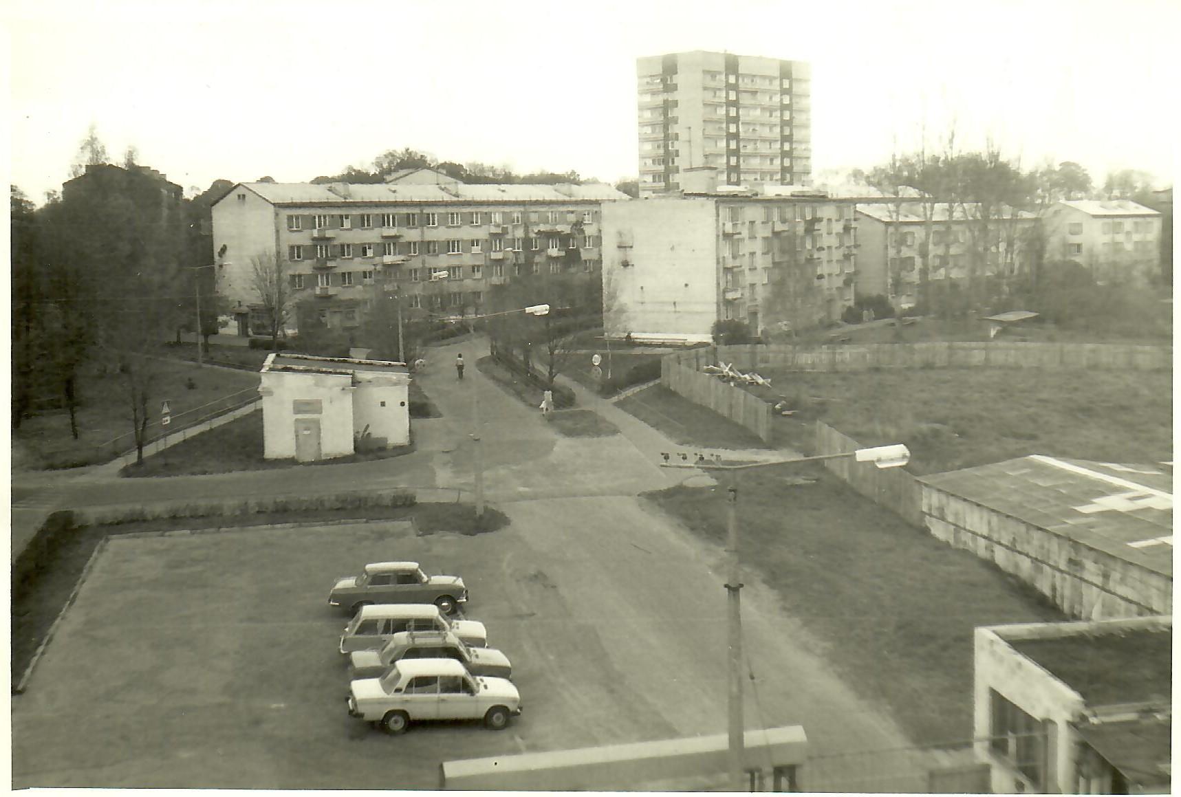 Skats no MRU administrācijas korpusa jumta. 1988.gada oktobrī. Tālumā 13.korpuss. (Foto no V.Kārkliņa arhīva)