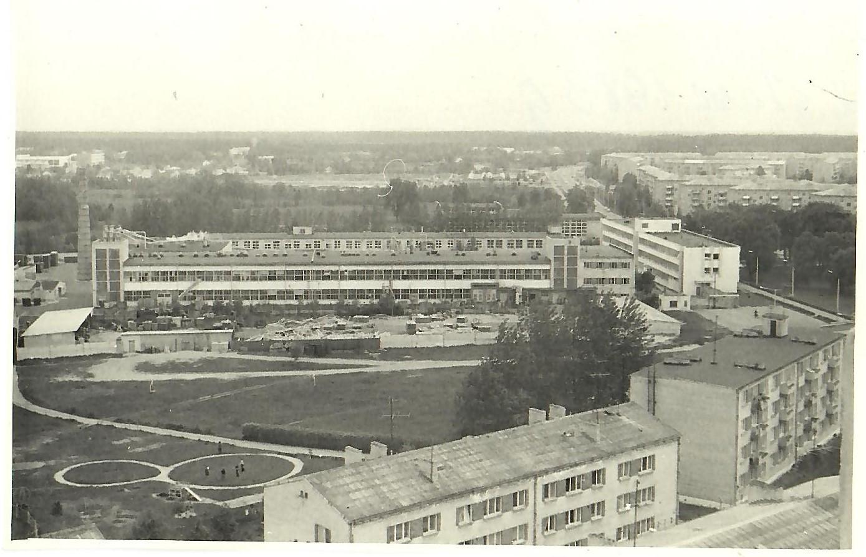 Skats uz ciematu un uzņēmumu no 13.korpusa 12.stāva 1983.gadā (Foto no V.Kārkliņa arhīva)