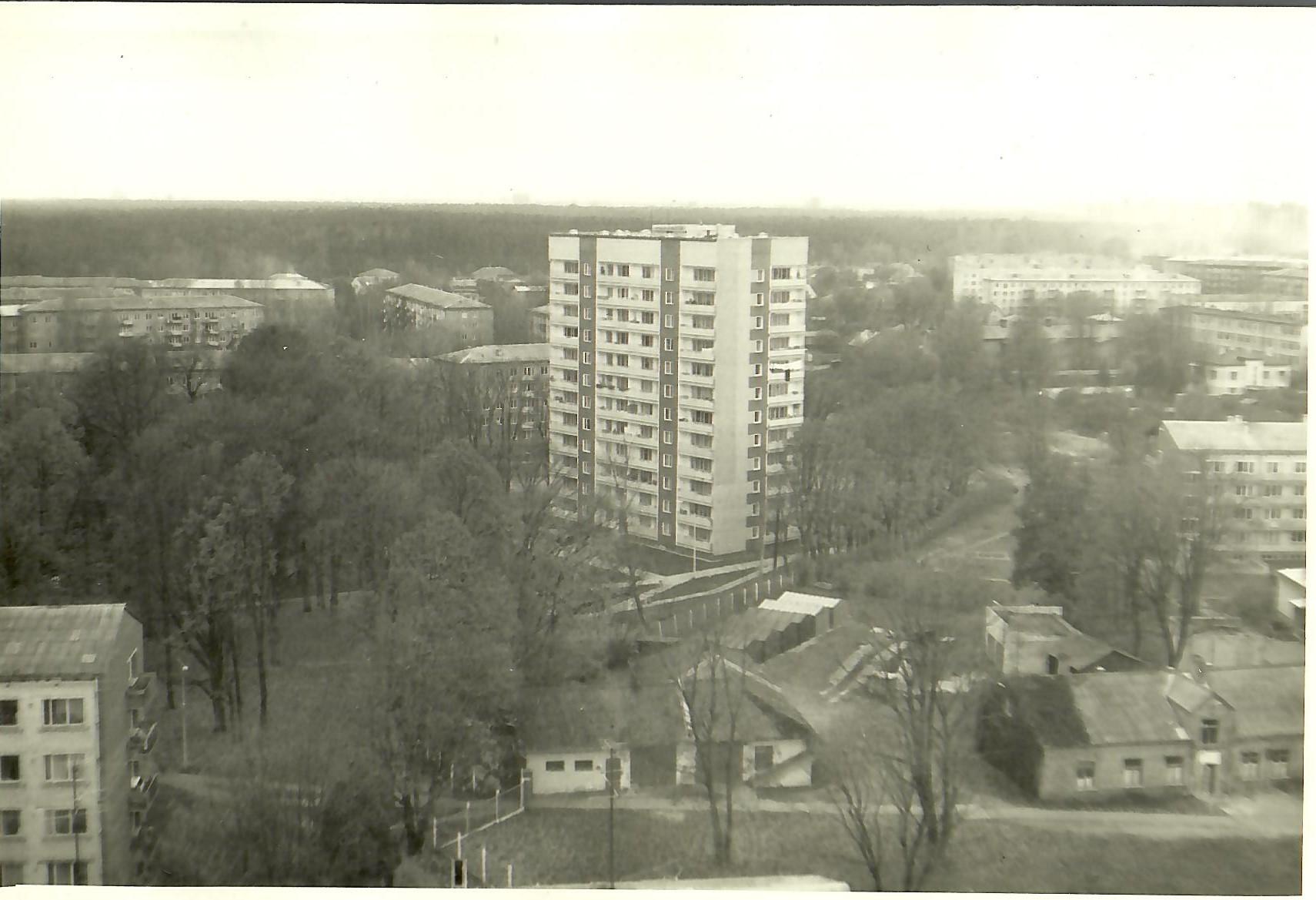Skats no 13.korpusa 12.stāva uz Juglas ielu 12 1988.gadā. (Foto no V.Kārkliņa arhīva)