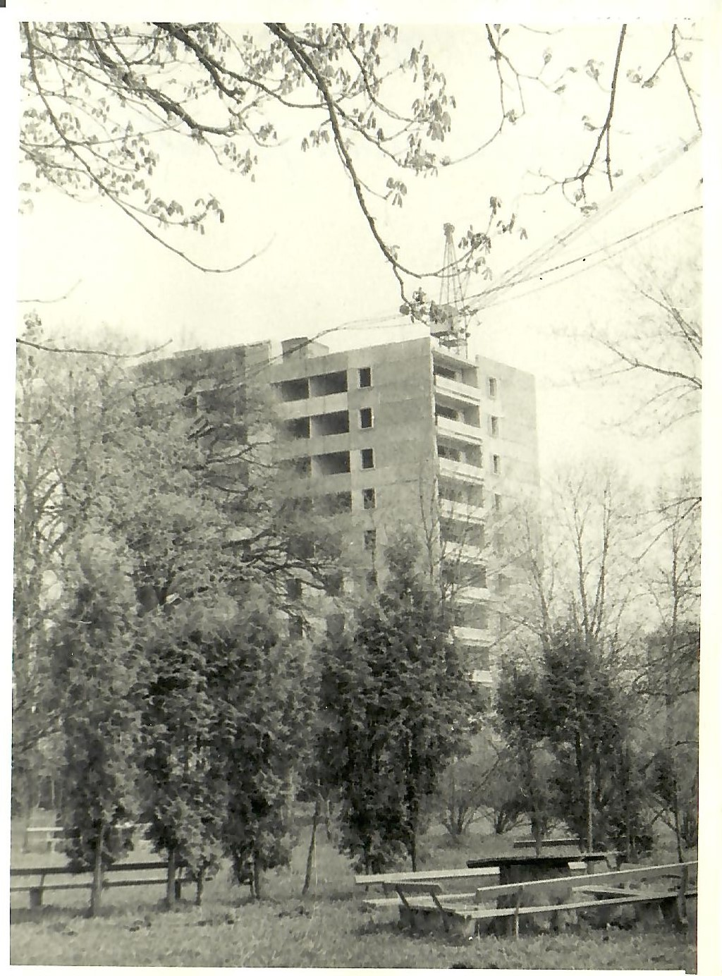 1980.gads. 13.korpusa celtniecība. (Skats no pansionāta puses) (Foto no V.Kārkliņa arhīva)