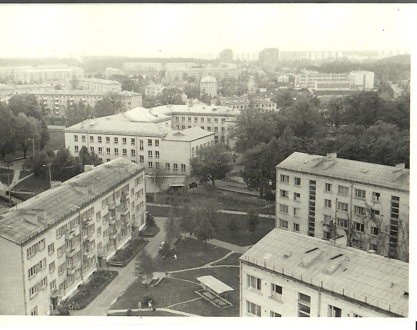 1981.gads. Skats no 13.korpusa jumta. (Foto no V.Kārkliņa arhīva)