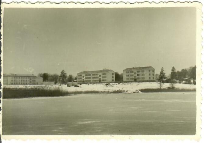 Skats uz ciematu no Juglas ezera. Pa kreisi Strazdumuižas vidusskola. (Foto no J.Pimbera arhīva)