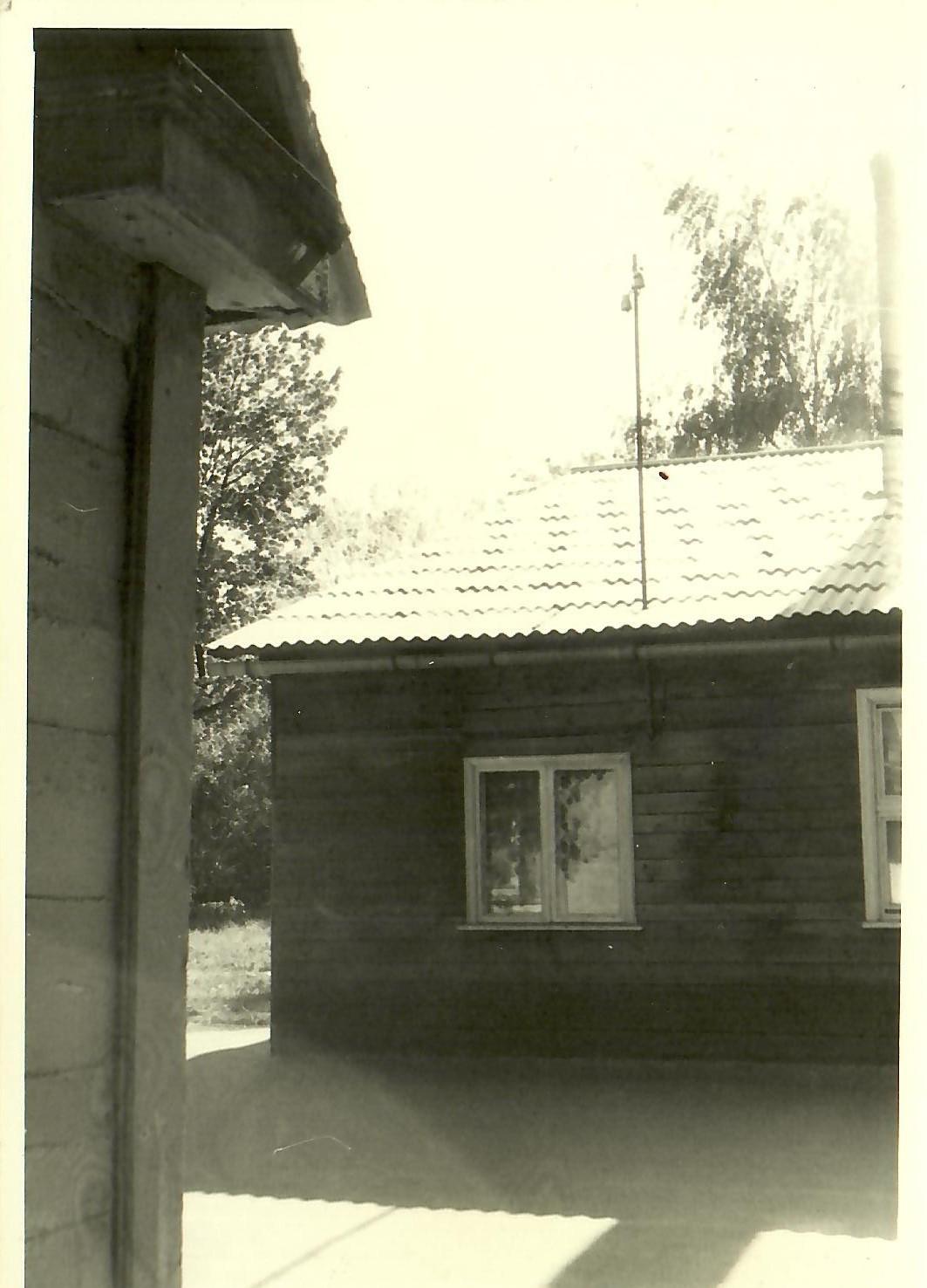 Skats no dārznieka mājiņas stūra uz pansionāta noliktavu 1971.gads (Foto no V.Kārkliņa arhīva)