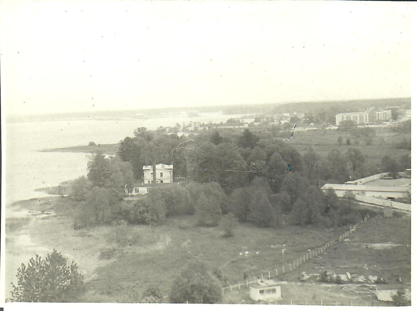 Skats uz Krēgermuižu 1981.gada vasarā. Attēls uzņemts no 13.korpusa jumta (Foto no V.Kārkliņa arhīva)